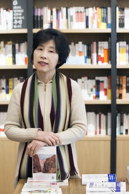"""삼성그룹 최초로 여성 부사장을 역임한 카피라이터 출신 최인아씨가 책방 주인으로 변신했다. 최인아책방을 낸 그는 """"망하지 않고 이 자리에서 버티는 것이 목표""""라고 말했다. ⓒ이정실 사진기자"""