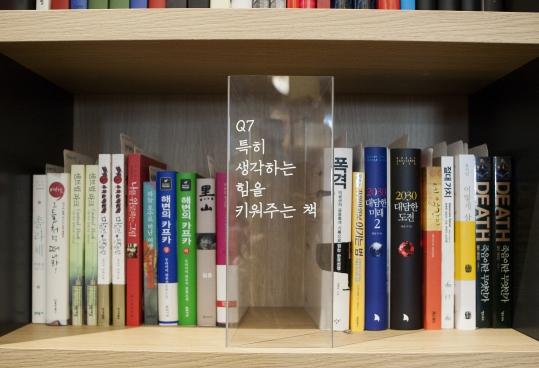 책방의 3분의 1에 달하는 1600여권의 책은 지인들의 추천서로 채웠다. 한 권 한 권마다 '북카드'가 꽂혀 있다. 추천인이 책 추천 이유와 자신의 프로필을 손글씨로 쓴 카드다. ⓒ이정실 사진기자