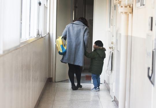 서울 동작구 사당동에 거주하는 한 워킹맘이 출근 전 아이를 어린이집에 등원시키기위해 아파트를 나서고 있다. ⓒ이정실 사진기자