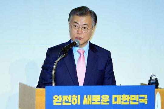 더불어민주당 문재인 전 대표가 16일 오후 서울 중구 페럼타워에서 새로운 대한민국, 성평등으로 열겠습니다를 주제로 열린 대한민국 바로세우기 제7차 포럼에서 성평등 정책 관련 기조연설을 하고 있다
