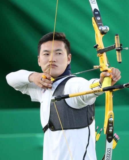 브라질 리우데자네이루 삼보드로모 양궁 경기장에서 열린 2016 브라질 리우올림픽 남자 양궁 개인전 대한민국과 프랑스의 결승 경기, 한국 구본찬이 활 시위를 당기고 있다. ⓒ뉴시스·여성신문
