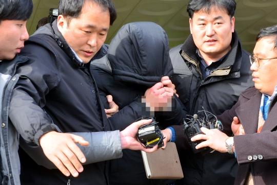 2014년 11월 두살배기 아들을 때려 숨지게 한 뒤 유기한 혐의로 구속된 20대 남성이 23일 오후 전남 광양시 광양읍 광양경찰서에서 조사를 받은 뒤 유치장 입감을 위해 이동하고 있다. ⓒ뉴시스·여성신문