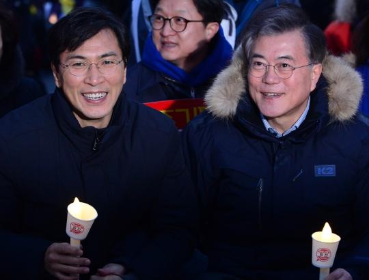 2월 18일 서울 종로구 광화문광장에서 열린 16차 촛불집회에 안희정(왼쪽) 충남지사와 문재인 민주당 전 대표가 참석해 자리하고 있다. ⓒ뉴시스·여성신문
