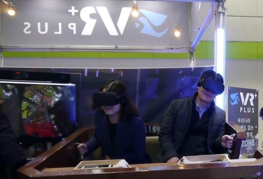 예비창업가들이 3일 서울 삼성동 코엑스에서 열린 '2017 프랜차이즈 서울'에 참석해 VR(가상현실)을 체험하고 있다. ⓒ여성신문