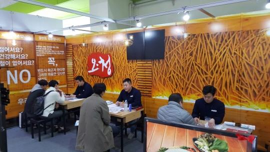 3일 '2017 프랜차이즈 서울'이 열린 가운데 예비창업가들이 오징어청춘 부스에서 창업 상담을 받고 있다. ⓒ여성신문