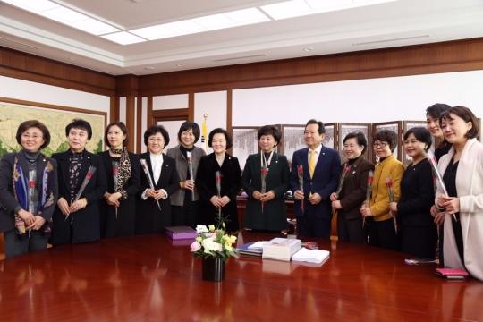 여성 국회의원들이 3·8 세계여성의날을 하루 앞둔 7일 정세균 국회의장에게 '성평등 국회를 향한 여성정치참여 확대 결의문' 을 전달했다.