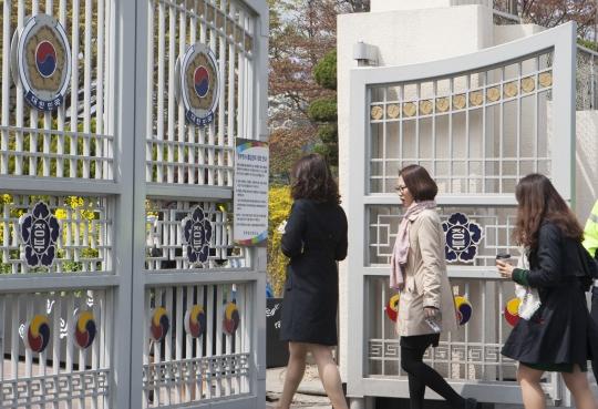서울 광화문 정부종합청사로 들어가는 여성 공무원들. ⓒ이정실 여성신문 사진기자