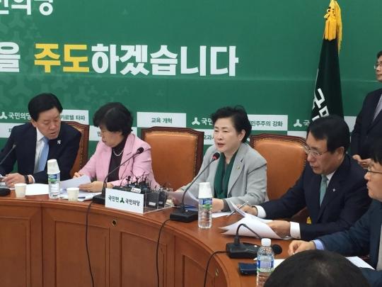 국민의당 최고위원회의에서 발언하는 신용현 최고위원(왼쪽에서 세번째) ⓒ국민의당
