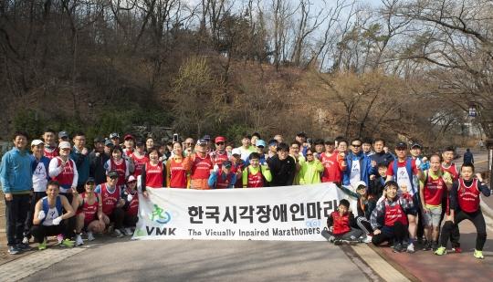 1일 서울 중구 남산 산책로에 모인 시각장애인마라톤클럽 회원들이 단체사진 촬영을 하고 있다. ⓒ이정실 여성신문 사진기자