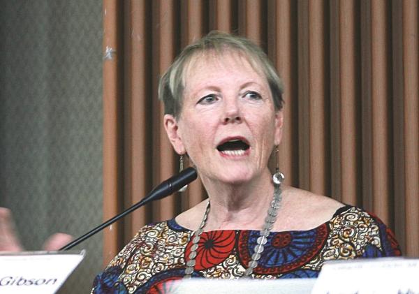 공동체 경제 이론을 구축한 세계적인 페미니스트 경제학자인 캐서린 깁슨 호주 웨스턴시드니대 교수가 강연하고 있다.