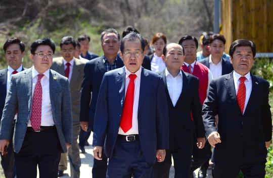 홍준표 자유한국당 대선후보(가운데)가 10일 오후 경남 창녕군 남지읍 선친 묘소 참배를 마치고 선영을 떠나고 있다. ⓒ뉴시스ㆍ여성신문