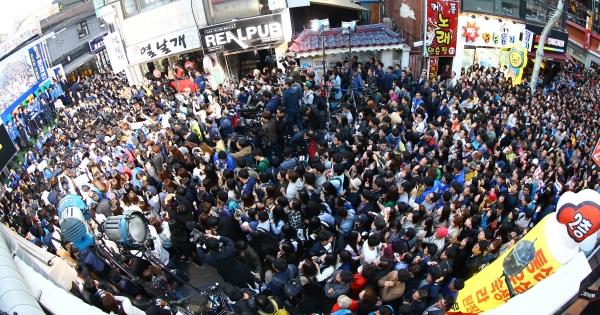 문재인 더불어민주당 대선후보가 24일 충남 천안 남구 신부문화의 거리에서 열린 집중유세에서 많은 지지자가 몰린 가운데 지지를 호소하고 있다. ⓒ뉴시스·여성신문