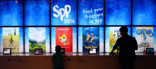 전 세계 애니메이션과 웹툰이 한자리에 모이는 국제 콘텐츠 마켓 'SPP 2017'이  7월 4∼6일 서울 남산 인근 특급호텔에서 열린다. 사진은 지난해 행사에서 애니메이션을 보고 있는 관람객들의 모습. ⓒ뉴시스·여성신문