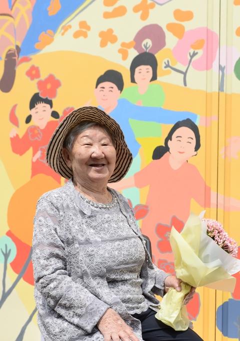 4일 오전 서울 마포구 성산동 전쟁과여성인권박물관에서 열린 개관5주년 기획전시 평화 벽화 공개 행사에서 '위안부' 피해자 길원옥 할머니가 벽화 앞에서 기념촬영을 하고 있다. 평화 벽화는 평화로운 세상에 살았던 소녀가 일본정부의 조직적이고 체계적으로 저지른 일본군성노예제의 참혹함을 홀로 견디다가 점차 용기를 내 세상을 향해 피해 사실을 알리는 모습을 담고 있다. ⓒ뉴시스·여성신문