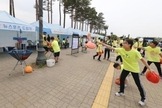 '찾아가는 체육관'을 찾은 참가자들이 디스크골프를 하고 있다. ⓒ성혜련 사진 객원기자