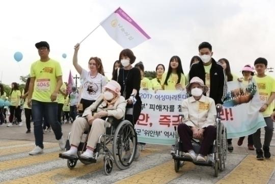 일본군'위안부' 피해자 박옥선 할머니와 이옥선 할머니가 나눔의집 직원, 자원봉사자들과 함께 '한·일 위안부 합의 폐기'를 촉구했다 ⓒ이정실 여성신문 사진기자