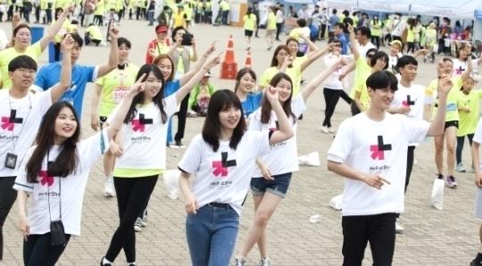 히포시 홍보대사 이대훈 선수가 히포시송에 맞춰 플래시몹 공연에 참여하고 있다 ⓒ이정실 여성신문 사진기자