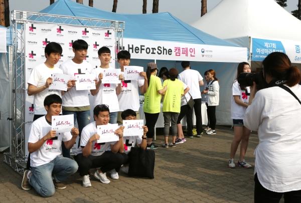 남성 참가자들이 히포시에 서명한 후 인증샷을 촬영하고 있다. ⓒ이정실 여성신문 사진기자