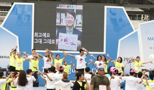 엠스트레이닝팀 안무자들이 히포시 댄스 공연을 이끌고 있다. 뒤로 히포시 선언을 한 안철수 전 국민의당 의원의 영상이 보인다. ⓒ이정실 여성신문 사진기자