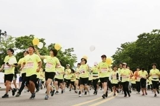 5km 참가자들이 출발하고 있다.