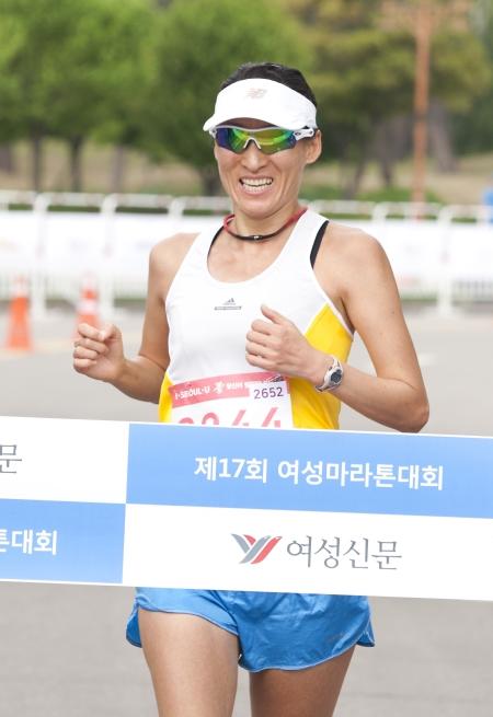 5km 여자부문에서 1위를 차지한 류승화 선수가 골인하고 있다.
