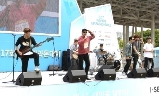넘버원 코리안이 축하공연을 하고 있다.