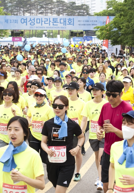 5km 참가자들이 출발신호와 함께 힘차게 뛰어 나가고 있다.