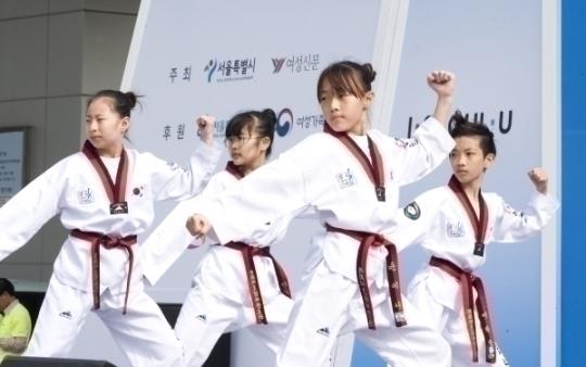 사전행사로 대한태권체조협회 국가대표 어린이 시범단이 공연하고 있다.