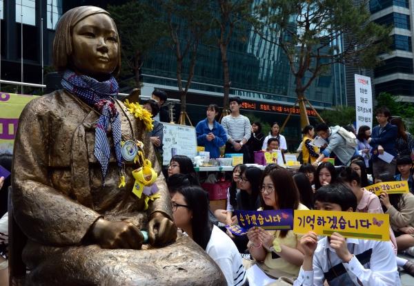 10일 오후 서울 종로구 구 주한일본대사관 앞에서 열린 제1282차 일본군 '위안부' 문제 해결을 위한 정기수요시위에서 참가자들이 '기억하겠습니다' 손피켓을 들고 구호를 외치고 있다. ⓒ뉴시스·여성신문