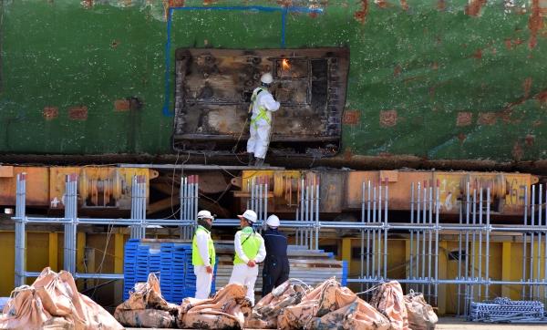 14일 오후 전남 목포시 목포신항에서 코리아쌀베지 작업자들이 육상치된 세월호에서 미수습자를 찾기 위해 선체 4층 좌현 중앙부분에 내부 진입로 개설 작업을 하고 있다. ⓒ뉴시스·여성신문