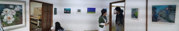 """지난 12일 춘천시 근화동의 빈집에서 """"어느날...골목""""이라는 주제로 지역작가들의 작품들을 100일간 릴레이 전시하는 '문화공간100'프로젝트가 시작되었다."""