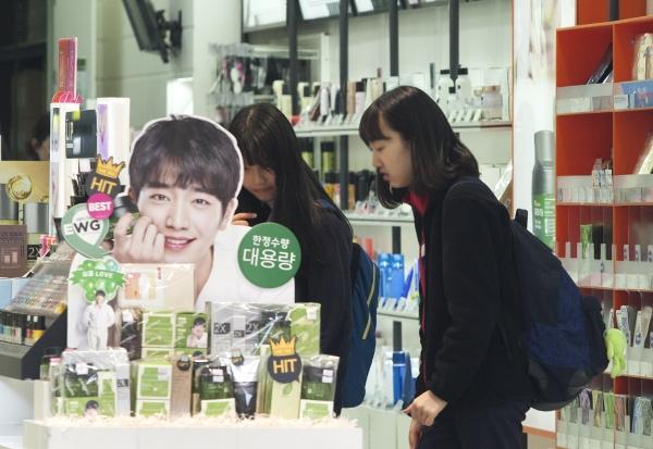 서울 서대문구 이화여대 인근 화장품 상점에서 교복을 입은 여학생들이 화장품을 살펴보고 있다. ⓒ이정실 여성신문 사진기자