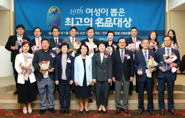 25일 서울 중구 프레지던트호텔에서 열린 제19회 여성이 뽑은 최고의 명품대상 시상식에 참석한 수상 기업 대표와 관계자들이 기념사진을 찍고 있다. ⓒ이정실 여성신문 사진기자