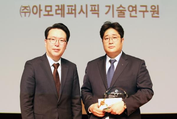 2017 동암화장품과학자상 대상을 받은 김형준 아모레퍼시픽 연구원(오른쪽). ⓒ아모레퍼시픽