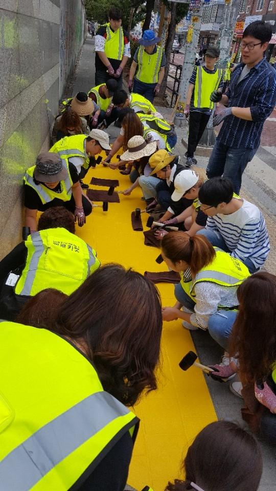 부천희망재단은31일 오전 9시부터 자원봉사자 20여명과 함께 부천북초등학교 앞 횡단보도에서 옐로카펫 설치작업을 진행했다. ⓒ부천희망재단