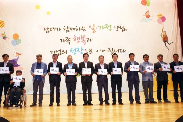 이낙연 국무총리(왼쪽 여섯째)가 지난해 7월 임명규 도의회 의장(왼쪽 일곱째), 도의원들과 함께 '히포시' 캠페인 지지를 선언하고 있다. ⓒ전남도