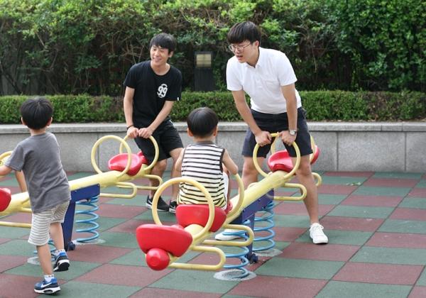 자란다 대학생 선생님과 아이들이 함께 놀이터에서 놀고 있다. ⓒ자란다