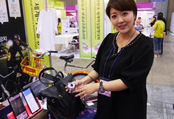 2017 대한민국세계여성발명대회에서 호신용 디바이스 '아퓨'로 대상을 받은 파디엠 강혜림 대표. ⓒ여성신문