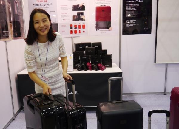 9일 일산 킨텍스에서 열린 2017 대한민국세계여성발명대회에 참여한 오아름 보그앤보야지 대표가 제품 설명에 앞서 사진을 찍고 있다. ⓒ여성신문