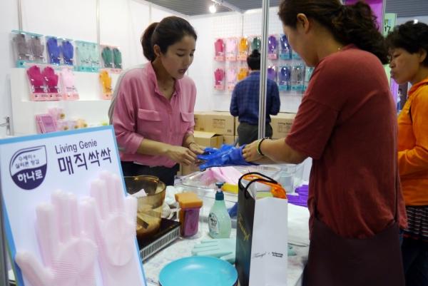 실리콘 설거지용 수세미장갑 '매직싹싹' ⓒ여성신문