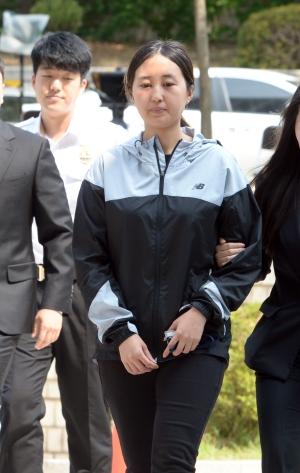 최순실의 딸 정유라가 20일 오전 서울 서초구 서울중앙지방법원에서 열린 두 번째 구속 전 피의자심문에 출석하고 있다. ⓒ뉴시스ㆍ여성신문