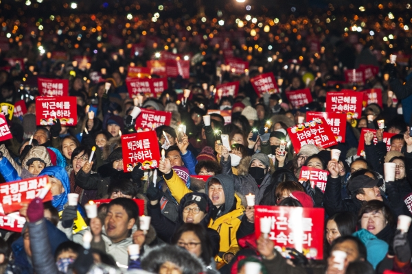 2016년의 마지막 날인 12월 31일 서울 광화문광장에서 열린 박근혜 대통령 퇴진을 총구하는  '송박영신' 10차 촛불집회에 참가한 시민들이 '박근혜 구속'을 외치고 있다. ⓒ이정실 사진기자