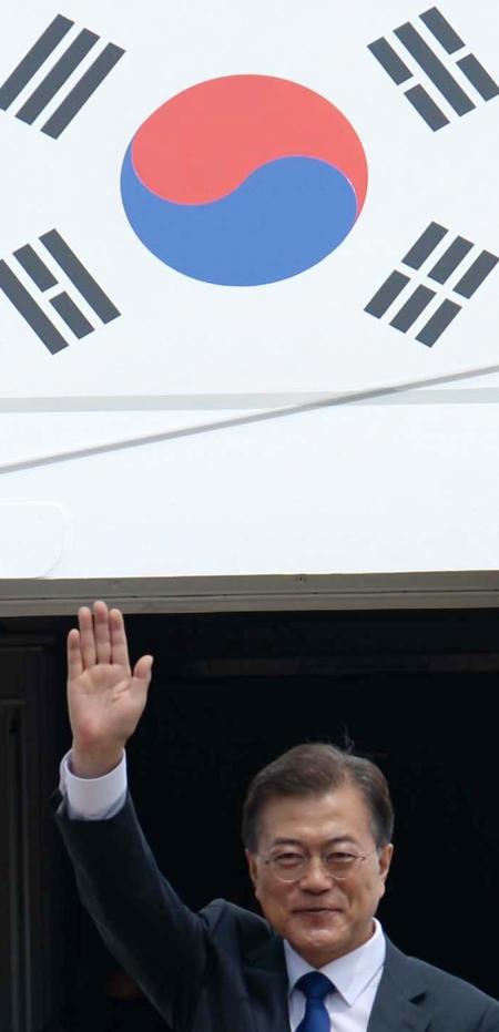 문재인 대통령이 김정숙 여사와 함께 취임 뒤 처음으로 도널드 트럼프 대통령과의 한미 정상회담을 위해 6월 28일 경기도 성남 서울공항에서 출국에 앞서 인사를 하고 있다. ⓒ뉴시스·여성신문