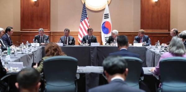 문재인 대통령이 28일(현지시간) 미국 워싱턴 미국 상공회의소에서 열린 한-미 비즈니스 서밋 전 주요기업 간담회를 하고 있다. ⓒ청와대