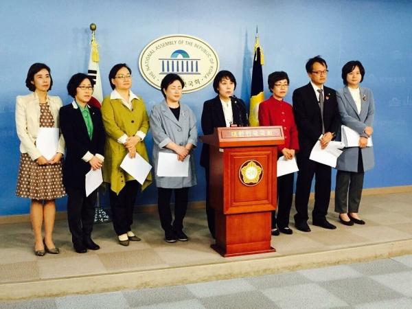 국회에서 기자회견 하는 국회 여성가족위원회 위원들(참고사진) ⓒ정춘숙 의원실
