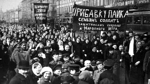"""2월 23일 국제여성의날 시위에 참가한 여성들. 시위자들은 """"아이에게 먹을 것을"""" """"가족들에게 병사를"""" """"수호자들에게 자유와 평화를""""이라는 구호를 외쳤다. ⓒState Museum of Political History of Russia"""