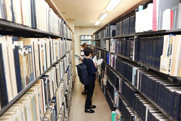 4번째 '현장 속 여성학' 한국여성정책연구원에 방문한 기자들이 여성정보자료실을 둘러보고 있다. ⓒ이정실 여성신문 사진기자