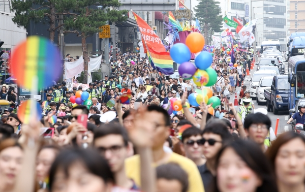 지난해 열린 17회 퀴어문화축제에서 참가자들이 행진을 하고 있다. ⓒ여성신문 DB
