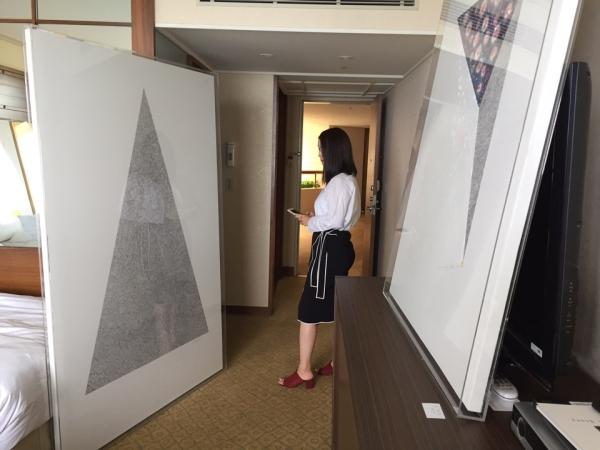 15일 서귀포 중문관광단지 내 하얏트리젠시제주호텔에서 열리는 아트제주2017에 마련된 '구혜선 특별전'에서 한 관람객이 작품을 감상하고 있다. ⓒ진주원 여성신문 기자