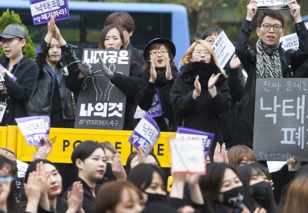 한국여성단체연합, 강남역10번출구, 불꽃페미액션 등 여성단체 및 페미니스트 그룹이 지난 10월 서울 종로 보신각 앞에서 형법상 '낙태죄' 폐지를 요구하는 검은시위를 열었다. ⓒ이정실 사진기자